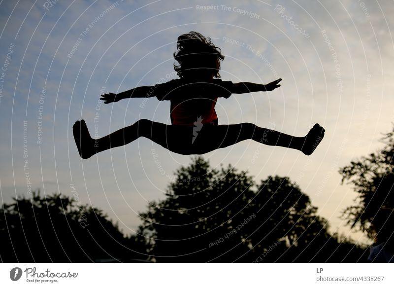 Kontrast Silhouette eines Kindes springen über Bäume Outdoor-Erholung Strukturen & Formen Spielen stimmig Wohlgefühl Hintergrund neutral Tag Beginn Gefühle