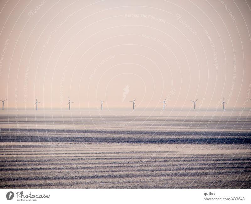 Windräder Wasser Meer Einsamkeit ruhig schwarz Ferne Wärme Küste Horizont braun Kraft frisch Netzwerk Windkraftanlage Umweltschutz Symmetrie