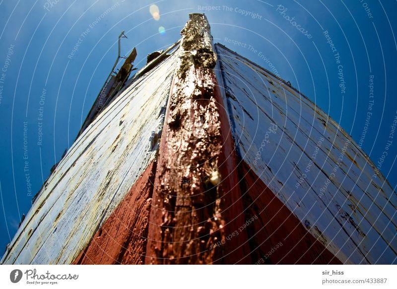 Angefressen Fischerboot alt kaputt blau rot weiß Kiel Schiffsplanken Reflexion & Spiegelung Himmel verfaulen Schiffsbug Holzboot Kahn Fischerkahn Jolle