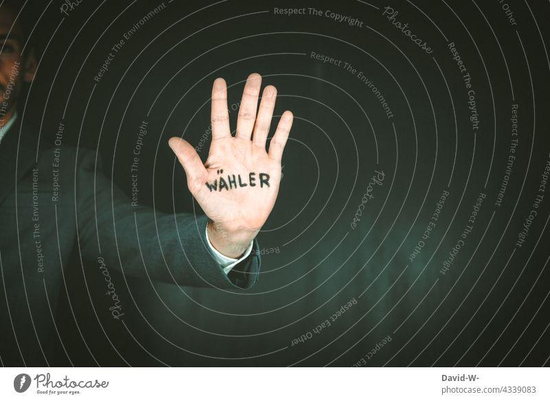 Wähler - Handzeichen zur Wahl Wahlen Wahlkampf abstimmen Bundestagswahlen Politik & Staat Stimme Meinungsfreiheit Demokratie Zeichen Mann Wahlbeteiligung