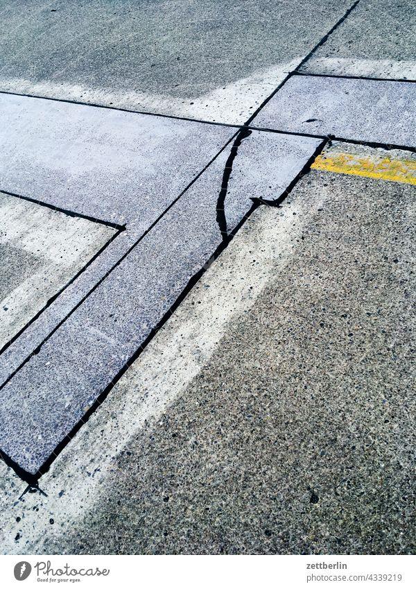 Geflickte Straße straße asphalt flicken geflickt reparatur repariert schlagloch linie geometrie linien winkel beton ausbesserung straßenbau stadt urban