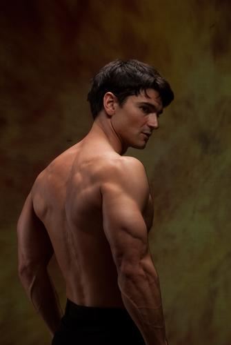 Der sexy Mann zeigt seine starken Muskeln. heißer Typ Nieten Stück Macho Unverschämtheit muskulös gutaussehend Herzklopfen spukhaft Vampir böse Brühe Bilder