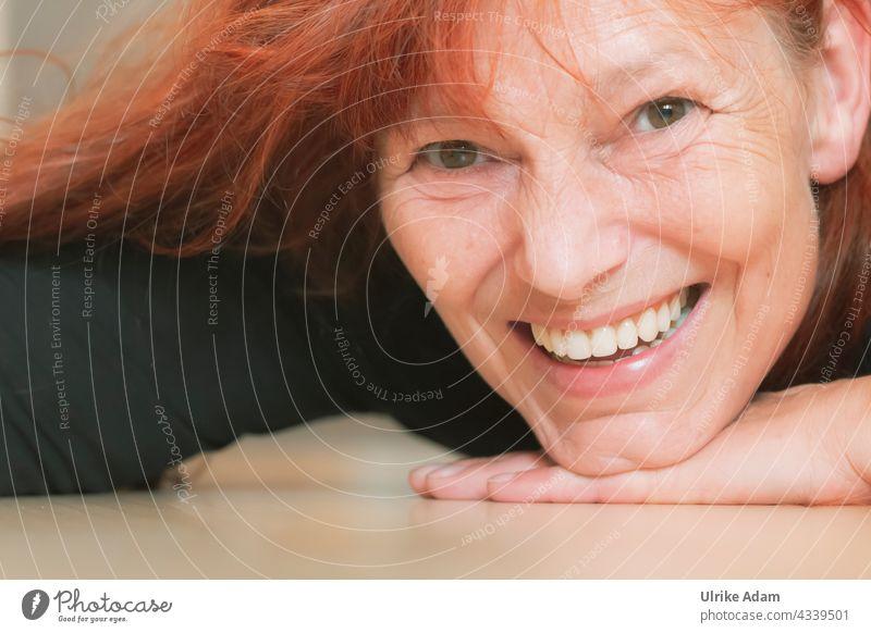 Lebensfreude - Lach mal wieder 😉 lachen Lächeln Fröhlichkeit Glück Freude Zufriedenheit Mensch feminin Porträt Frau Blick in die Kamera Erwachsene Farbfoto