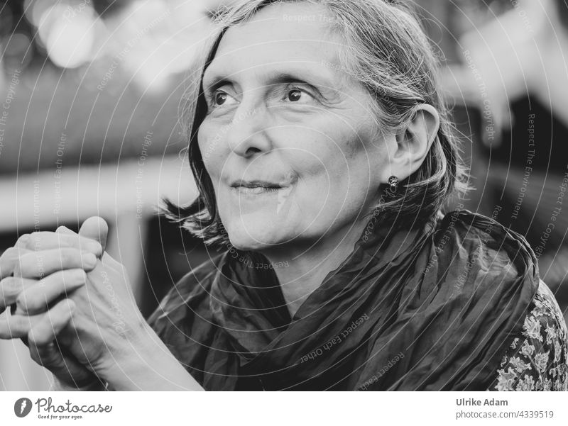 Parktour HH 2021 ------ Sehnsucht - Stolze Frau blickt in die Ferne Schwarzweißfoto Porträt feminin Gesicht beten Erwachsene Blick schön Mensch