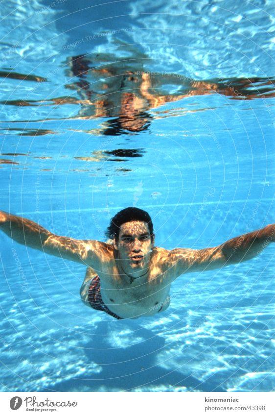 der dude Sommer unten Schwimmbad Physik Licht Mann Sonne Wasser blau Wärme