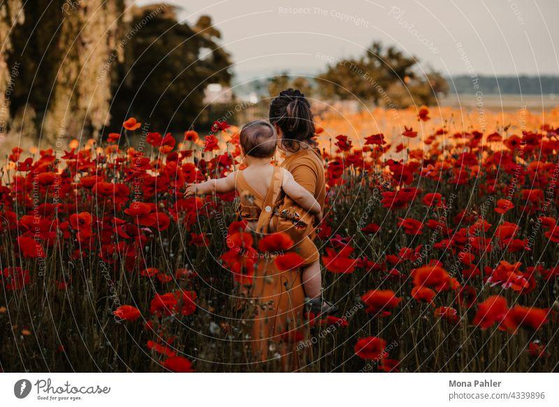 Mutter mit Sohn steht im Mohnblumenfeld Kind Erziehung Familie & Verwandtschaft Eltern Mutterschaft Gefühle Kindheit Freude mama Baby reisen gemeinsam Sommer
