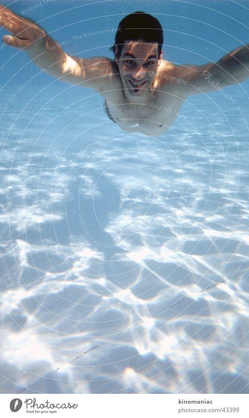 nur fliegen ist schöner Mann Wasser Sonne blau Sommer Wärme Schwimmbad Physik unten