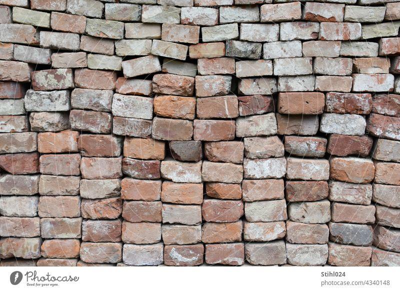 gestapelte alte Ziegelsteine BAckstein stapeln formatfüllend Mauer Strukturen & Formen Muster Menschenleer Außenaufnahme Stein Fassade Backsteinwand Architektur
