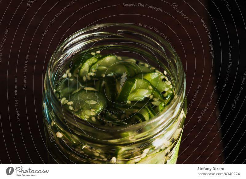 Hausgemachte Sunomono oder Gurkengurken mit Sesam in einem Glasgefäß. Gesund. sunomono Japanisch Japanisches Essen Lebensmittel Senfgurke Salatgurke Saatgut