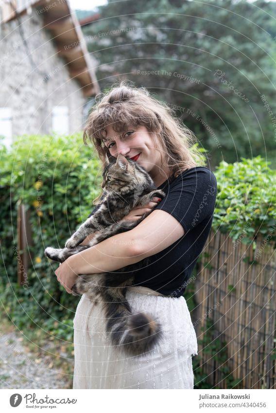 Frau mit Katze im Arm Liebe Tier Haustier Tierporträt Farbfoto 1 Tag Blick Tierliebe Fell niedlich schön Hauskatze Blick in die Kamera kuschlig Mädchen