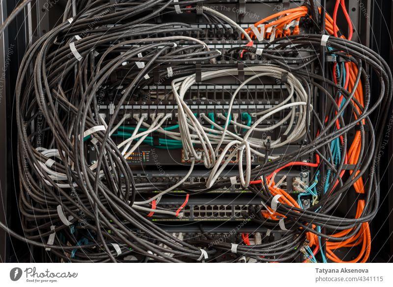 Arbeitsfähige Hardware im Rechenzentrum Infrastruktur Server Datenzentrum Flugzeugwartung Ablage Kabel Schlamassel Unordnung ersetzt Klinge montiert Sehne Optik
