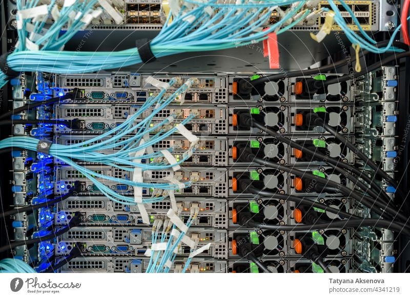 Arbeitsfähige Hardware im Rechenzentrum Infrastruktur Server Datenzentrum Flugzeugwartung Ablage Kabel ersetzt Klinge montiert Sehne Optik rj45