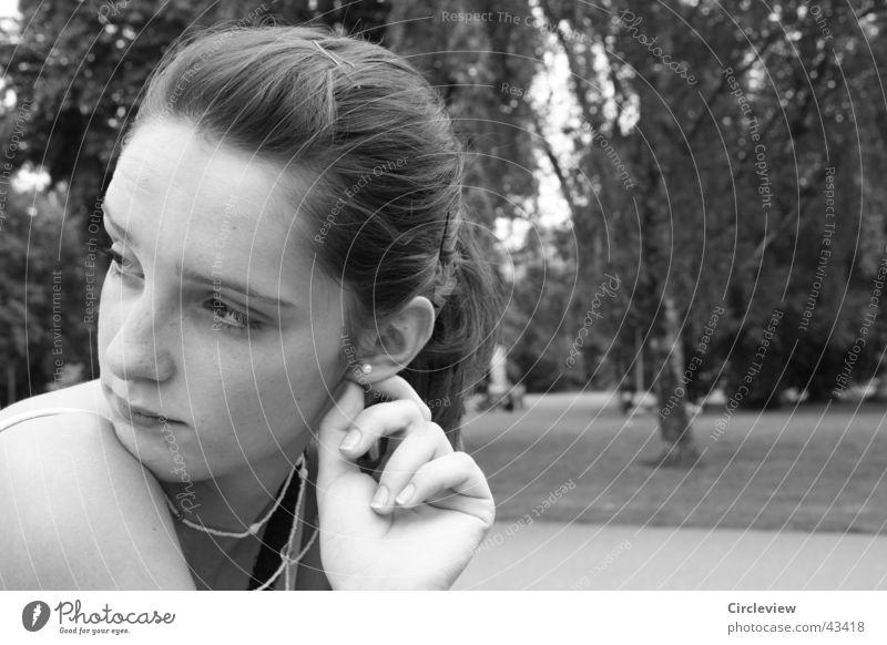 Ist es woanders anders? Frau Porträt Hand Park schwarz weiß Gesicht Kopf Ohr Ohrringe Schwarzweißfoto Blick