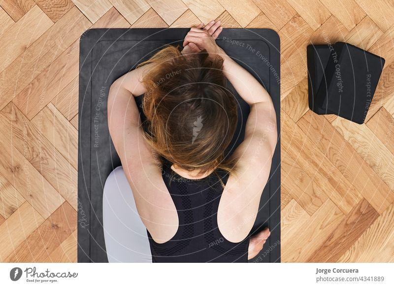 Yoga-Mädchen bei der Anahatasana-Pose. Zenitalebene Übung Fitness Flexibilität aktiv sportlich Gleichgewicht Körper Pflege Klasse Konzentration Stock Freiheit
