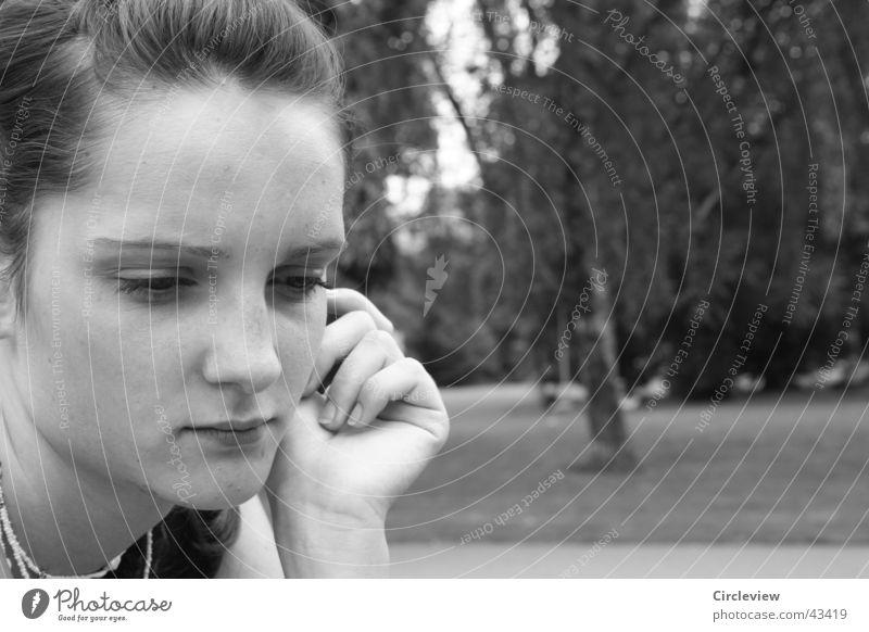 Ständig in Gedanken Frau Mann Hand weiß Gesicht schwarz Park