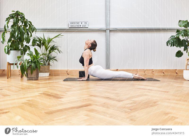 attraktive Frau macht Yoga Stretching auf alfonbrilla mit Kopie Raum für Werbung Übung Pilates Körper Mädchen Training Behaarung praktizieren strecken Yogi jung