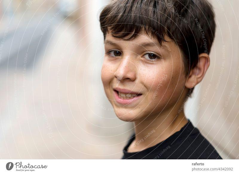 Nahaufnahme und Porträt von Teenager oder Junge lächelnd und Blick in die Kamera männlich Glück jung Mann Typ Lächeln Jugend Lifestyle Hintergrund weiß heiter