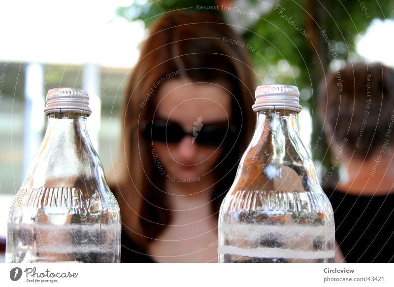 Hinter Glas Frau Gesicht sitzen Brille Flasche Sonnenbrille