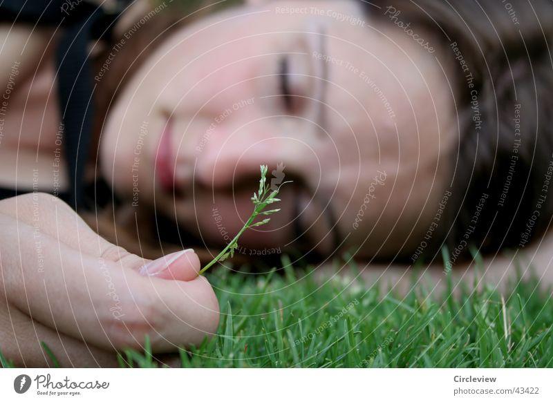 Wirklich nicht traurig Frau Hand Gesicht Auge Gras Kopf Finger schlafen geschlossen Rasen Halm