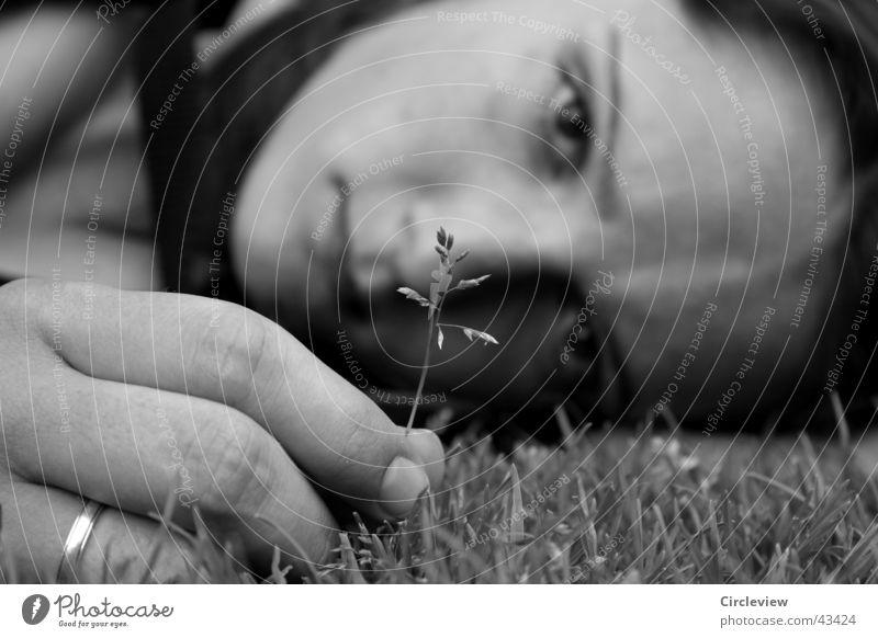 Nicht wirklich traurig Frau Hand weiß Gesicht schwarz Gras Kopf Traurigkeit Finger Kreis Trauer Rasen Halm