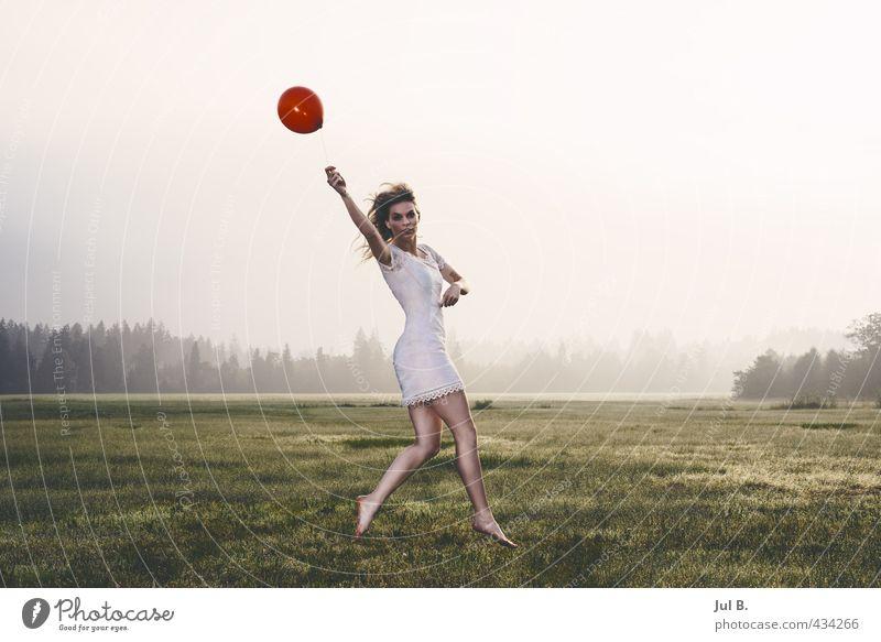 Ballonsprung Frau Jugendliche Junge Frau Erwachsene feminin springen Körper leuchten