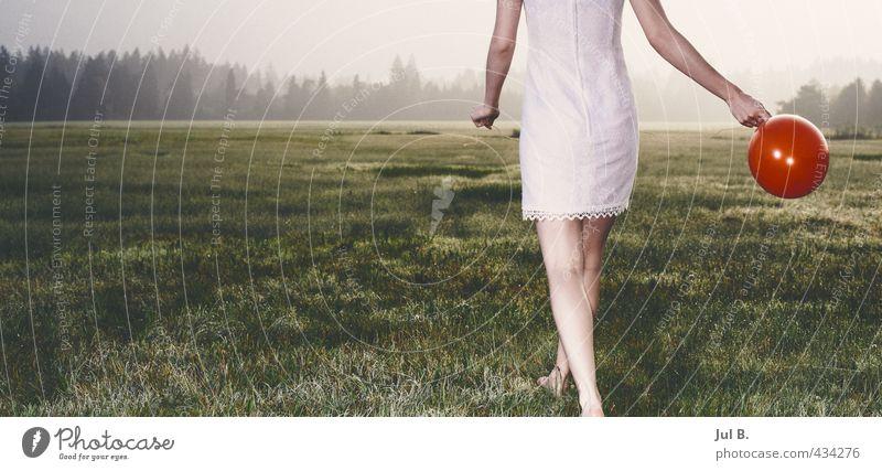 Redballon feminin Junge Frau Jugendliche 1 Mensch 18-30 Jahre Erwachsene Kleid gehen gut Freude Fröhlichkeit Kindheit Farbfoto Außenaufnahme Morgendämmerung