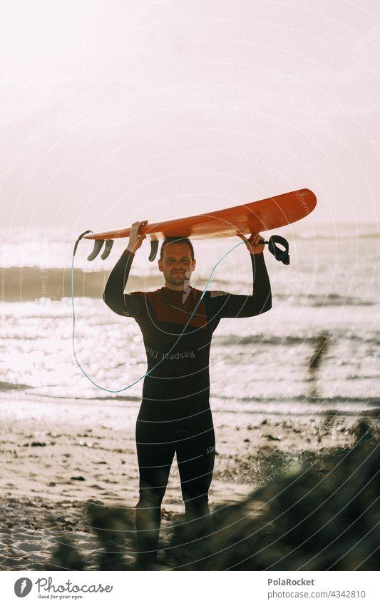 #AS# Surfer mit tragender Rolle Surfen Surfbrett Surfschule Surfers Paradise Board Fuerteventura Kanarische Inseln Wassersport Extremsport Meer Wellen Strand