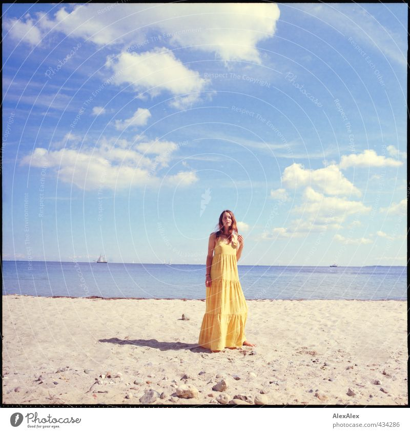Tag am Meer Jugendliche schön Wasser Sommer Erholung Landschaft Junge Frau Strand Ferne Erwachsene gelb 18-30 Jahre Erotik Freiheit Sand natürlich