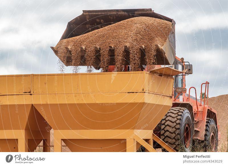 Schaufel eines Baggers, der Sand in Silos schüttet. Baggerschaufel Maschine Konstruktion Industrie industriell Architektur Steinbruch alt Metall Stahl Arbeit