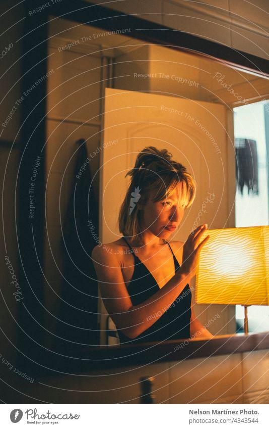 Porträt einer selbstbewussten kaukasischen Frau Erfolg Haut Mädchen Schönheit Haus sexy Ausfahrt blond clubby Verführung Innenbereich charmant jung Gesicht
