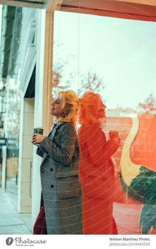 Porträt einer stilvollen kaukasischen Frau, die eine Tasse Kaffee hält Model Frühstück Mädchen Großstadt trendy trinken benutzend modern Lifestyle Leben Dame