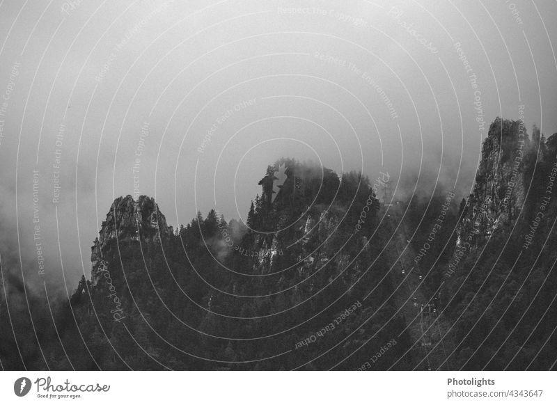 Wolkenverhangene Berge. Düstere Stimmung. geheimnisvoll mystisch melancholisch melancholie düster Bäume Nebel beeindruckend Schwarzweißfoto Wald
