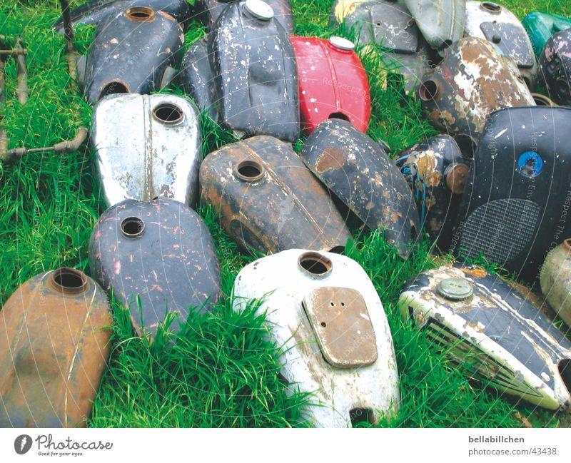 Motorradtanks Wiese obskur Rost Müll Oldtimer Schrott Benzintank