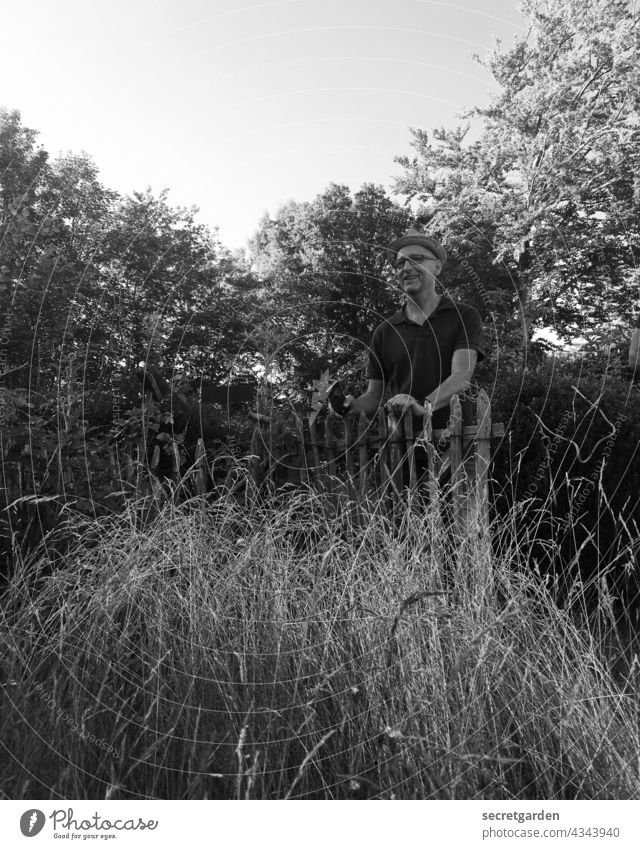 [PARKTOUR HH 2021] Der nette Nachbar hinterm Zaun Mann Garten Zaunpfahl Außenaufnahme Natur Tag Umwelt Wiese Gras Schrebergarten lachen lachend Sommer Grenze
