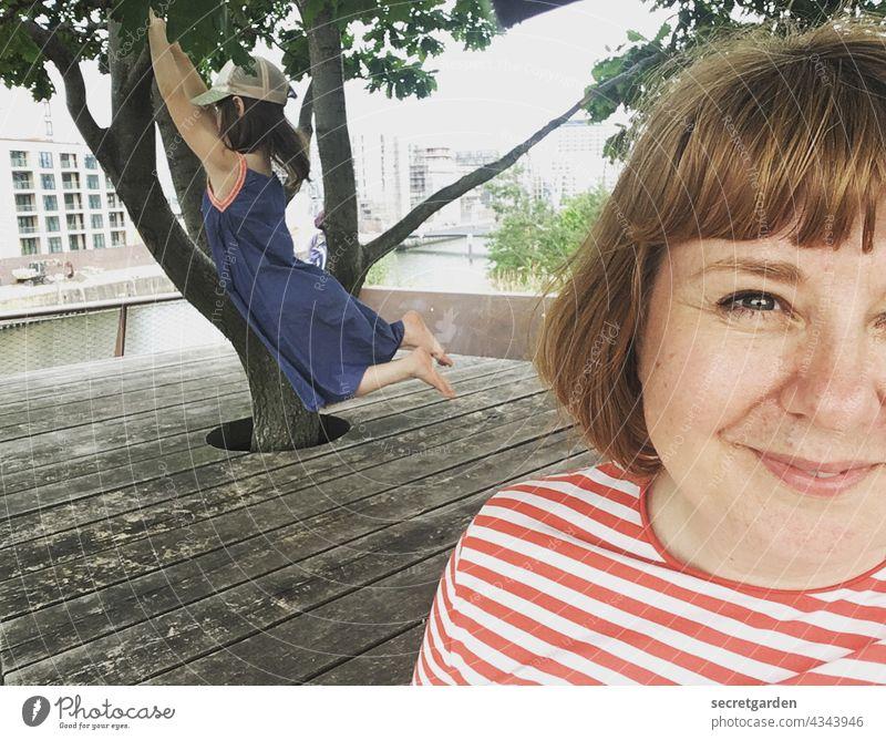 [PARKTOUR HH 2021] Selfie mit Nike :-) Gesicht Frau Kind Freude Lebensfreude Porträt Glück Fröhlichkeit Lächeln schön Erwachsene Außenaufnahme niedlich Spielen