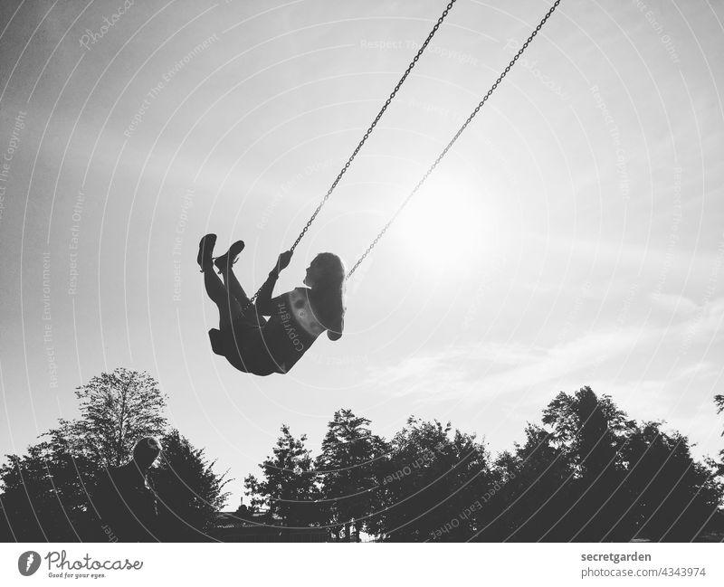 [PARKTOUR HH 2021] hoch hinaus Ausgelassenheit Freude Schwarzweißfoto Schaukel Frauen Spaß haben spass Glück Spielen spielerisch heiter loslassen Freiheit