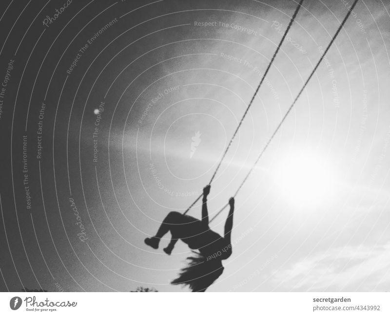[PARKTOUR HH 2021] Weißes, Unbekanntes Flugobjekt von links schaukeln Spass loslassen Schwarzweißfoto unscharf Himmel trashig Freude Außenaufnahme Lebensfreude