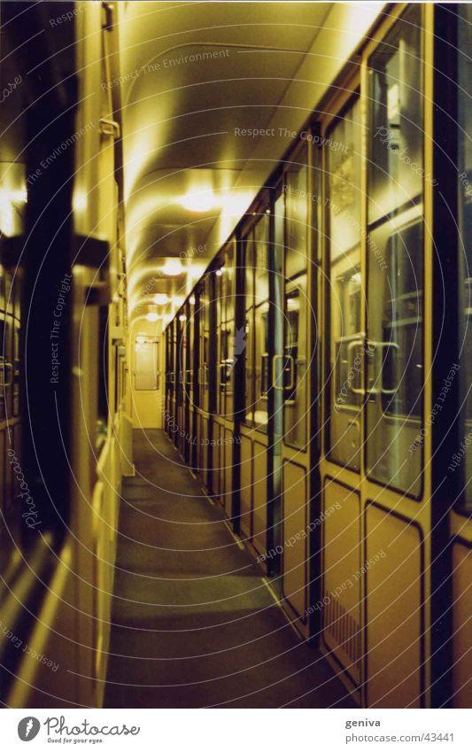 der Zug in die Nacht ruhig Verkehr Eisenbahn leer fahren