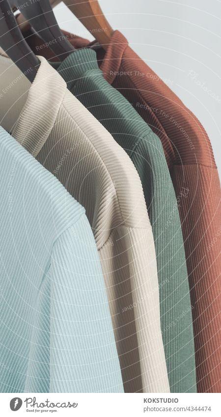bunte Kleidung auf Kleiderstange im Fotostudio Wäscheleine Outfit Hemd Outfits Bekleidung Hemden