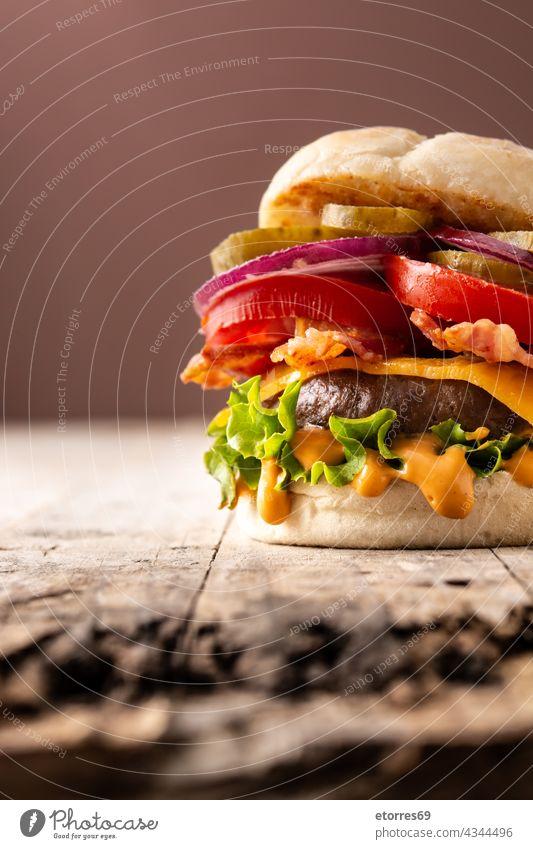 Rindfleisch-Burger mit Käse und Speck Amerikaner Brot braun Cheeseburger lecker essen Fastfood Lebensmittel Fries Hamburger selbstgemacht Bestandteil Salat