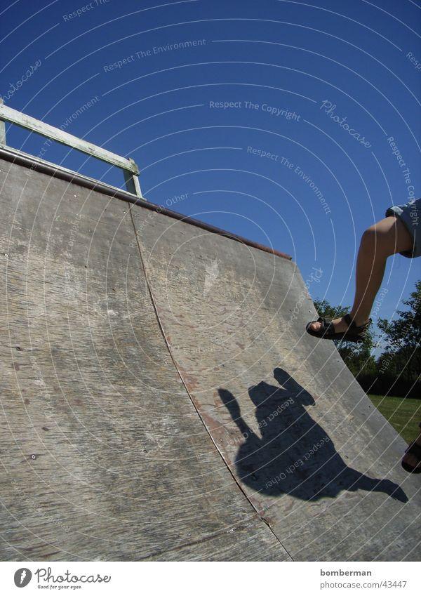 skaten ohne skateboard Halfpipe springen Kind Sport half Skateboarding