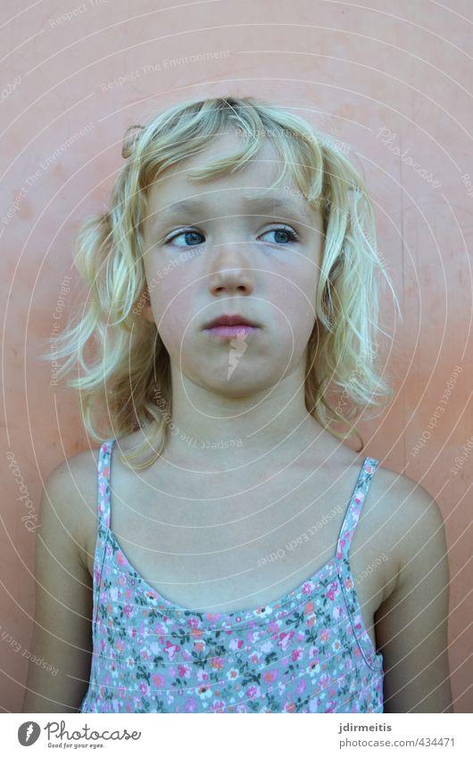motzen Mensch feminin Kind Kindheit 1 3-8 Jahre Kleid blond langhaarig Locken beobachten träumen Traurigkeit kalt rebellisch Gefühle Stimmung Unlust