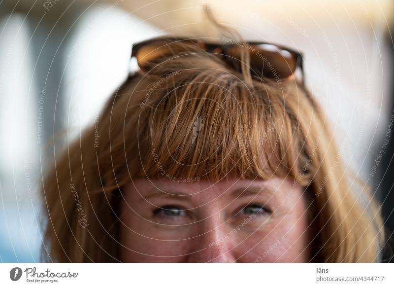 Frau mit Pony l Parktour HH 2021 Frisur ponyfrisur Brille fröhlich Porträt natürlich langhaarig feminin schön Erwachsene Außenaufnahme brünett