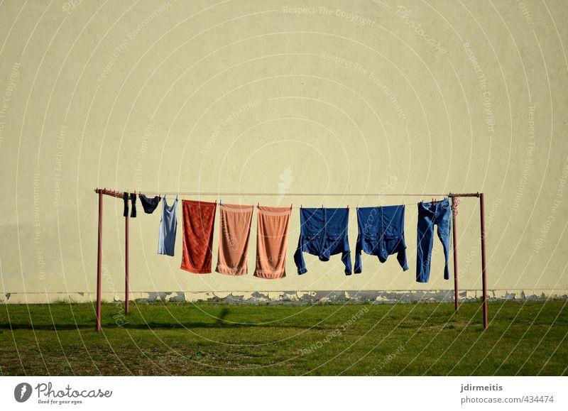 Waschtag Häusliches Leben Haus Mauer Wand Bekleidung Hemd Hose Jeanshose Strümpfe Unterwäsche Wäscheständer Wäscheleine Ordnung planen Farbfoto Außenaufnahme