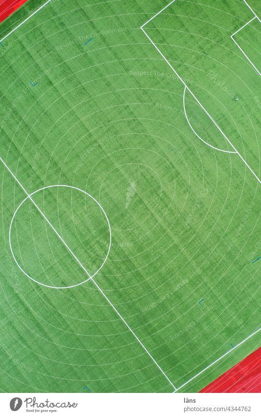 Spielfeld Sportplatz Grün Sport. Farbfoto Fussball Kunstrasen Laufbahn Linien und Formen von oben nach unten Drohnenansicht Elfmeter elfmeterpunkt Mittelkreis