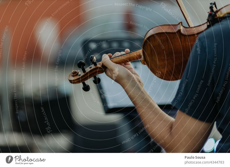 Rückansicht Mann spielt Geige Geiger Musik Musiker Musikinstrument Konzentration Konzert Schauplatz Nahaufnahme Holz musizieren Musik hören Streichinstrumente
