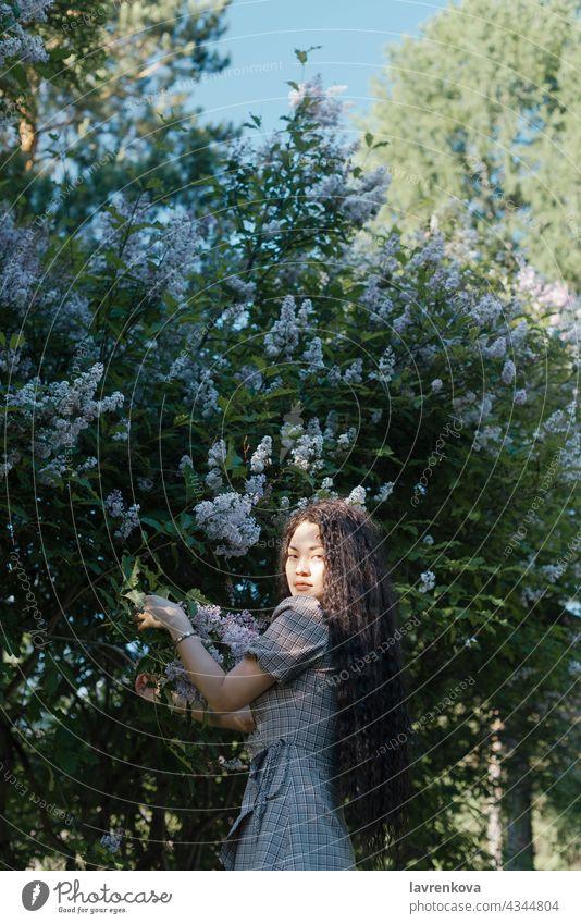 Schöne asiatische Frau stehend vor Blüte Bäume Mädchen Natur schön Frühling Porträt Person jung Park Sommer Blume Sonnenlicht romantisch Blumen Aroma Garten