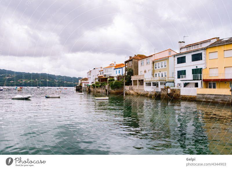 Blick auf die charakteristischen farbigen Häuser MEER Dorf reisen Haus Farbe gelb Wasser Strand Boot Küste Landschaft Sommer Urlaub Tourismus Himmel blau