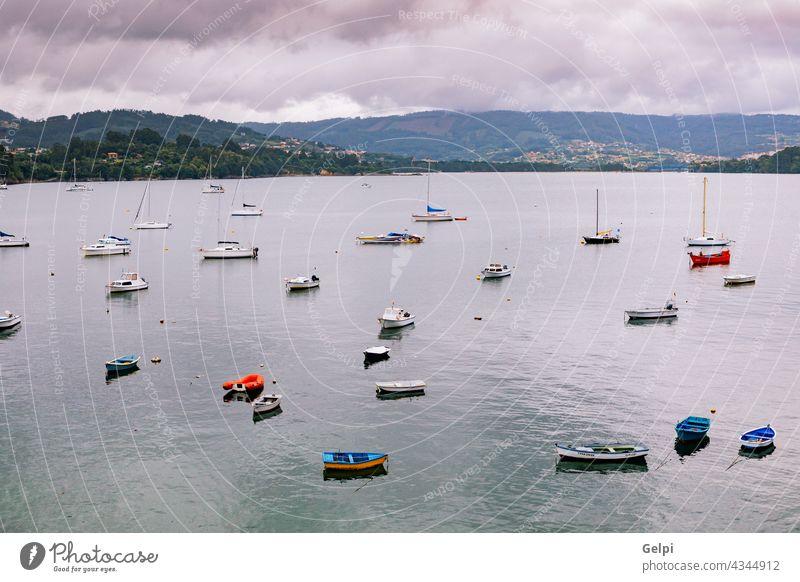Panoramablick mit Seglerbooten in der Nähe eines kleinen Dorfes MEER Matrosen Küste Sommer reisen Touristik blau Wasser Boot Ansicht Portwein Haus Landschaft