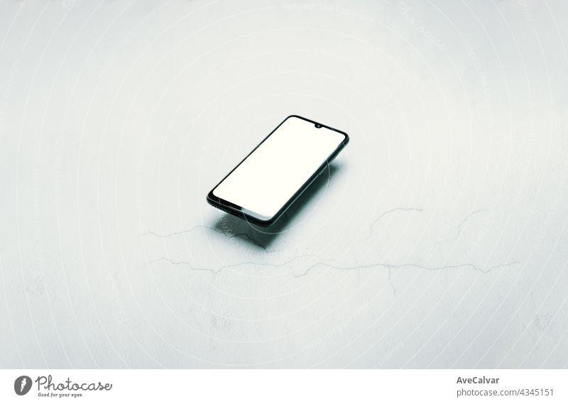 Stilisierte saubere Marmor Büro Arbeitstisch mit Smartphone, Laptop, Brille und Kaffeetasse, Arbeitsbereich Design, mock up, Draufsicht, flat lay, Kopie Raum, close up